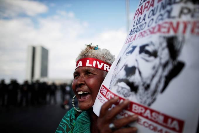 Manifestante participa de ato de apoio a Lula durante inscrição da candidatura do ex-presidente no TSE (Ueslei Marcelino/Reuters)