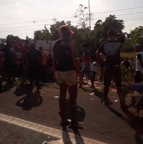 Carga foi saqueada por moradores das proximidades do acidente. (Foto: Via Whatsapp)