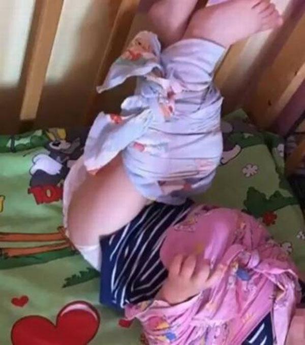 Criança com as mãos e pernas amarradas. (Foto: reprodução)
