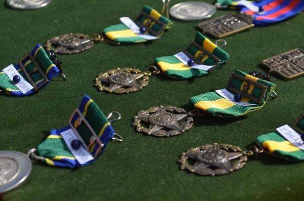 Durante solenidade no 8º BEC foram entregue medalhas a autoridades civis e militares (Foto: Geovane Brito/G1)