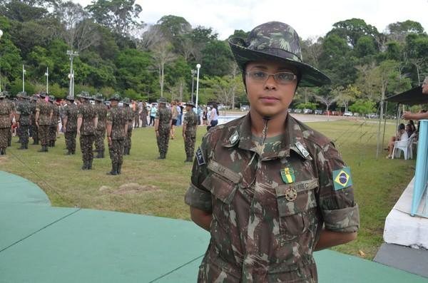 A segundo sargento Lia Moraes serve ao Exército há mais de 10 anos e recebeu medalha honrosa durante as comemorações dos 48 anos do 8ºBEC em Santarém (Foto: Geovane Brito/G1)