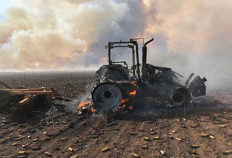 Trator também foi destruído pelo fogo (Foto: Genuíno Aimi/ Arquivo pessoal)