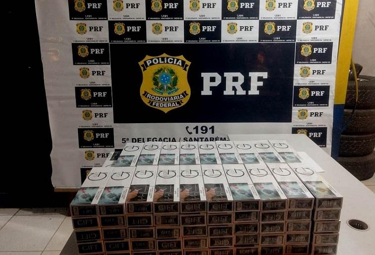 A Polícia Rodoviária Federal (PRF) apreendeu cerca de 990 maços de cigarros importados e prendeu uma mulher, suspeita de contrabando, durante uma fiscalização no Km 995 da rodovia federal BR-163 (Foto: Polícia Rodoviária Federal/Divulgação)