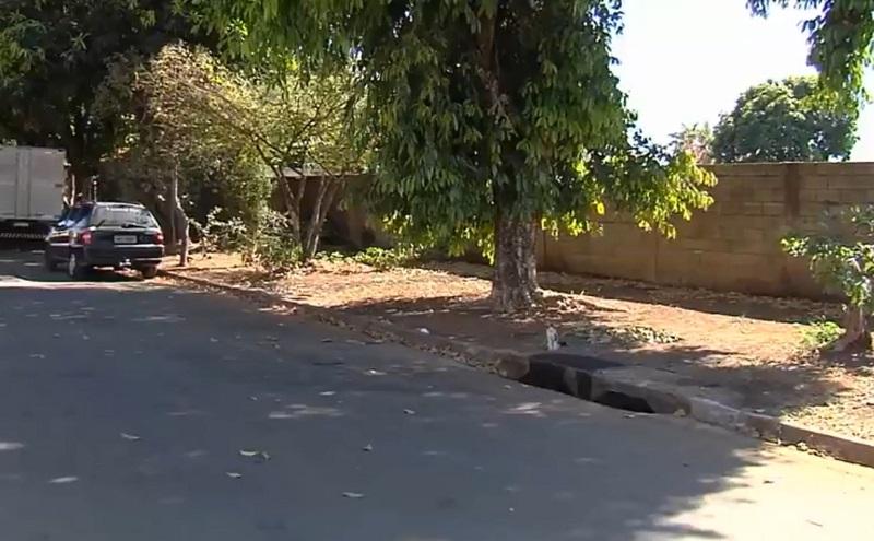 Rua em que a jovem de 21 anos foi baleada com o filho de 2 anos no colo em Aparecida de Goiânia Goiás — Foto: Reprodução/TV Anhanguera
