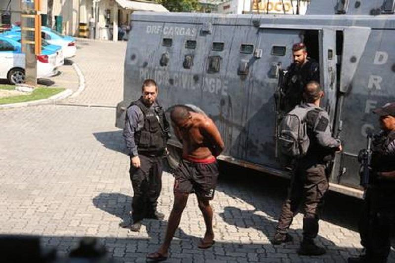 Policiais prederam 25 suspeitos na manhã desta quarta-feira Foto: Fabiano Rocha / O Globo