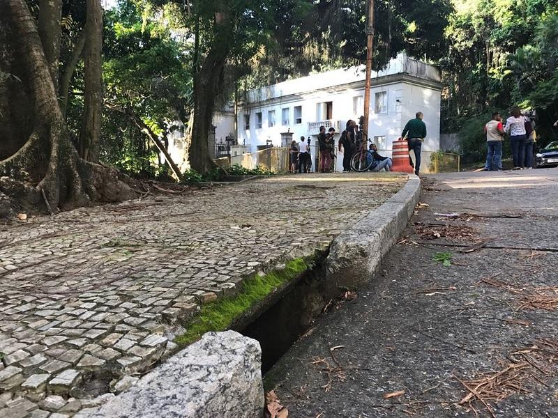 Uma boca de lobo, tipo de bueiro que batizou esta etapa da Lava Jato, a alguns metros do Palácio Laranjeiras, onde Pezão foi preso — Foto: Cristina Boeckel/G1