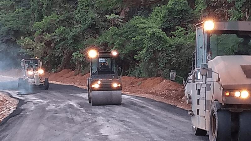 Trecho da BR-163 onde caminhoneiros estavam atolados no Pará recebe pavimento asfáltico