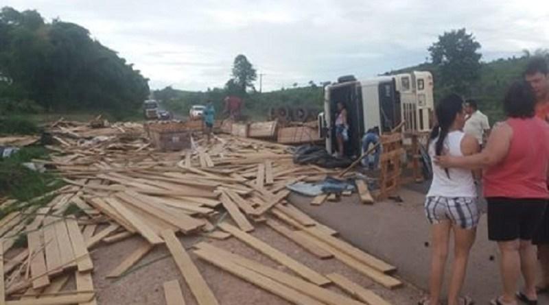 Carreta carregada com madeira tomba na BR-163 em Novo Progresso