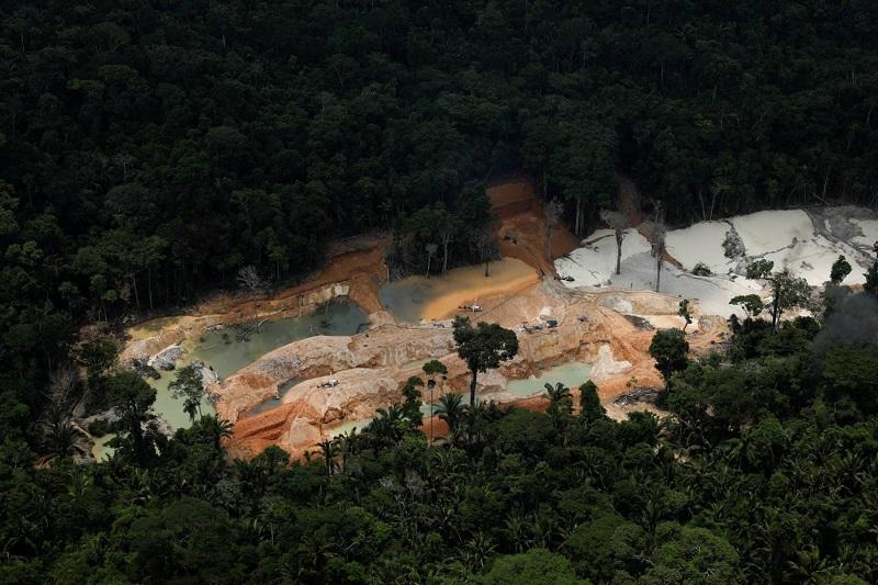 2Essas informações são coletadas através de operações de mapeamento, como parte da proteção realizada pelo Ibama em conjunto com outras associações ambientais. Na foto, um helicóptero do Ibama sobrevoa uma mina de ouro ilegal durante uma operação nas proximidades do município brasileiro de Novo Progresso, no Estado do Pará, em 5 de novembro de 2018. RICARDO MORAES REUTERS