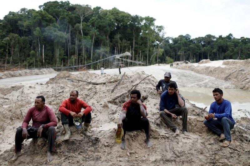 Logo depois, cerca de seis pessoas foram presas. O objetivo real das autoridades não trata dos mineiros, que em muitos casos trabalham em condições de escravidão, mas dos donos das minas ilegais, cuja identidade é desconhecida. RICARDO MORAES REUTERS