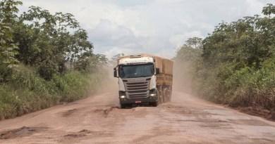 DNT 26-02-2018 - SINOP - MT / ESPECIAL DOMINICAL / ECONOMIA OE / BR-163 - Caminhoes atravessam com cuidado trecho com muitos buracos na BR-163  no municipio de Guaranta do Norte, Estado do Mato Grosso - FOTO DANIEL TEIXEIRA/ESTADAO