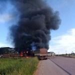 Caminhão provoca acidente é destruído pelo fogo na BR 163 próximo ao distrito de Vila Isol em Novo Progresso