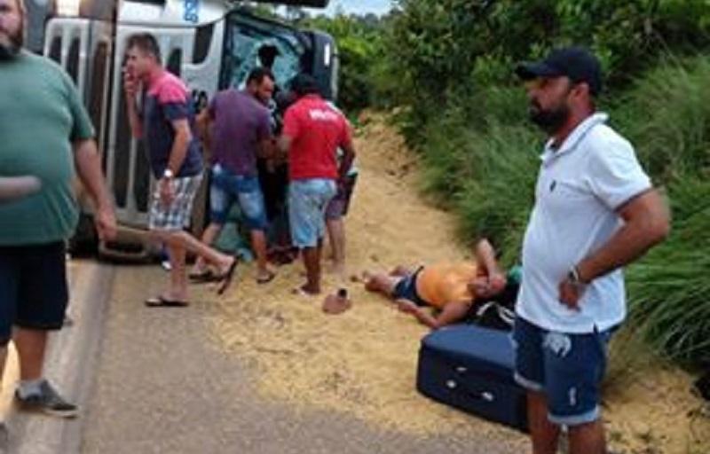 Motorista perde controle da direção e carreta da Batista carregada de soja tomba