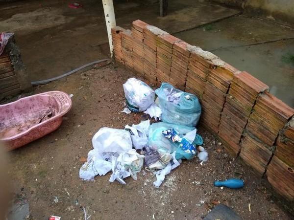 Lixo foi encontrado por toda parte. — Foto: PMMT