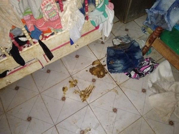 A casa de onde as crianças foram resgatadas estava suja e as crianças reclamavam de frio e fome. — Foto: PMMT