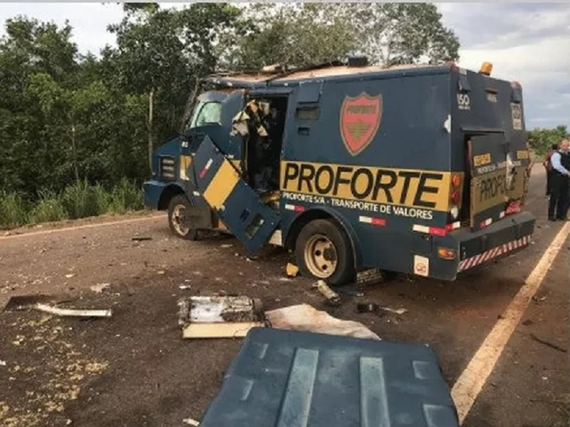Roubo a carro forte aconteceu na BR-235, no Tocantins — Foto: Divulgação/Polícia Rodoviária Federal