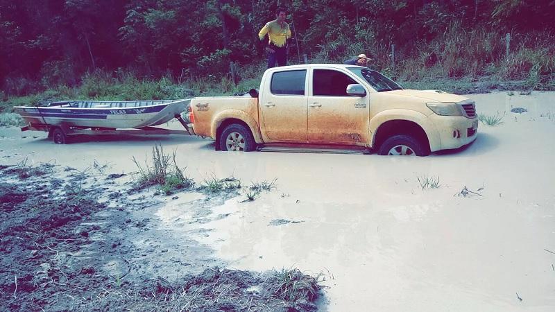 Duas caminhonetes e barco foram apreendidas em Mato Grosso — Foto: Sesp-MT/Divulgação