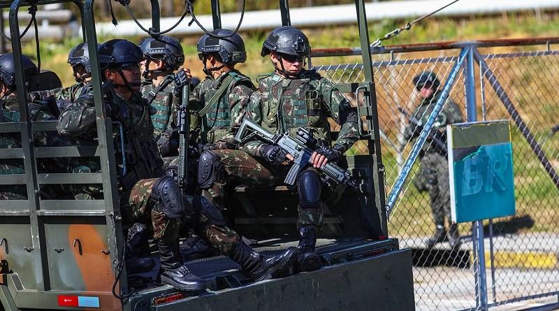Greve caminhoneiros  Tropas do exercito durante operação de escolta e proteção na refinaria da petrobras em Sao Jose dos Campos. (Sao Jose dos Campos , 28.05.18 , Credit image Roosevelt Cassio