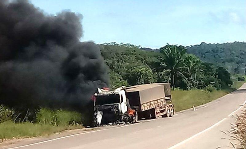 Bitrem que seguia para Novo Progresso pega fogo às margens de rodovia no Mato Grosso