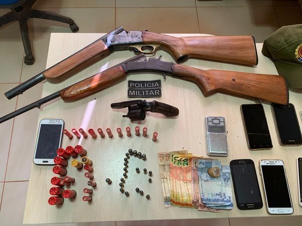 Armas e munições foram apreendidas na casa de um dos suspeitos de tráfico e associação criminosa — Foto: Polícia Militar/Divulgação