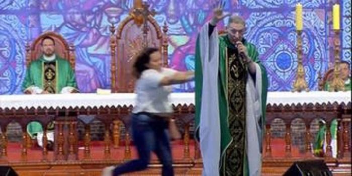 mulher-empurra-padre