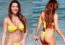 Nicole Bahls vai à praia e arranca elogios