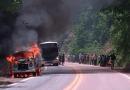 Kombi é consumida por fogo no trecho da Serra do Piquiatuba na BR-163