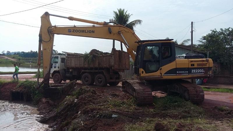 PC escavadeira faz a limpeza da margem do córrego(Foto:Reprodução)