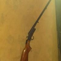 Criança de 8 anos dispara espingarda acidentalmente e mata a mãe
