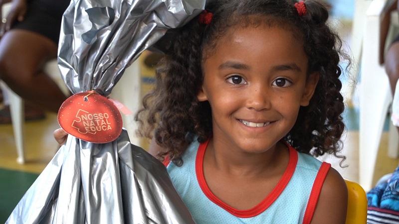 Campanha Natal - Crédito Educa Mais Brasil (Menina presente sorrindo)