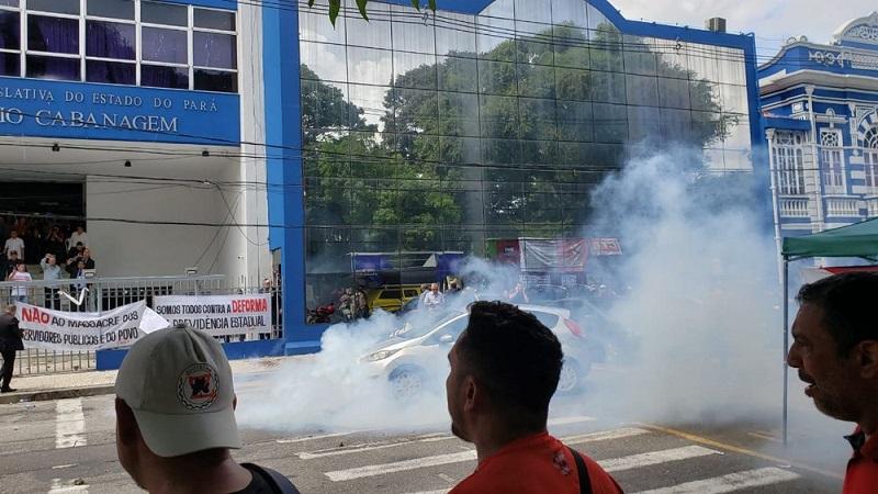 Manifestantes e polícia entram em confronto durante votação da reforma da previdência no Pará — Foto: Reprodução/ Twitter