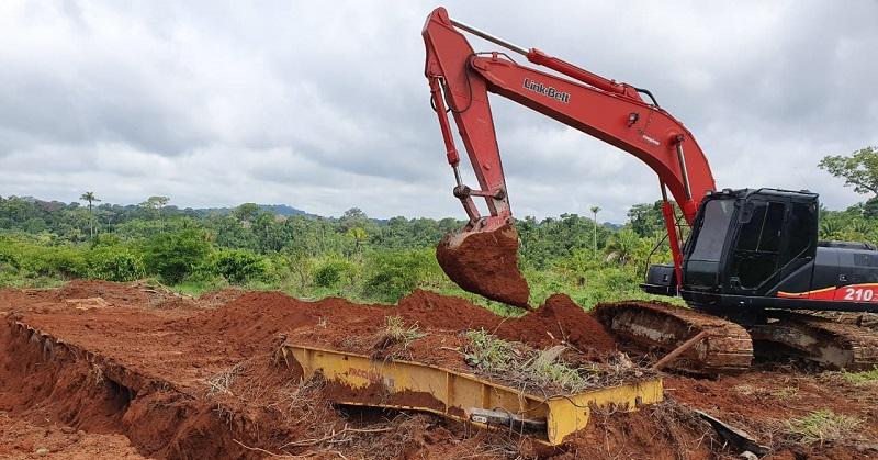 Polícia usou retroescavadeira para desenterrar caminhão em fazenda na zona rural de Novo Progresso.(Foto:Divulgação Policia)