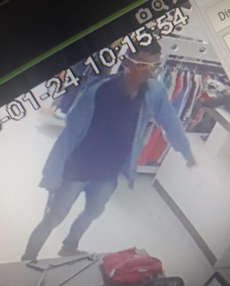 """O ladrão """"Alexandre Gomes Soares"""" trocou de roupa no asssalto a loja exclusiva(Foto:Reprodução)"""