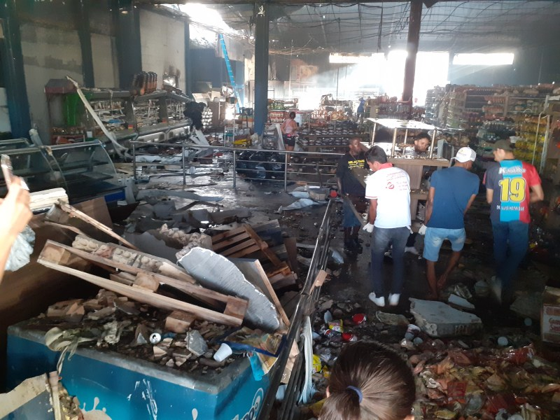 Funcionários trabalham na recuperação de mercadorias (foto:Jornal Folha do Progresso)
