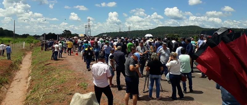 Populares aguardavam a chegada do presidente na rodovia(Foto:Ricardo Foresti)
