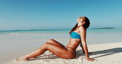 Anitta sensualiza em cenário paradisíaco