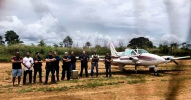 Segundo a Polícia, a aeronave foi encontrada por meio de uma denúncia anônima. A informação dizia que o avião transportava drogas. No entanto, não foram encontrados entorpecentes na aeronave. A Polícia informou que segue investigando a denúncia.G1
