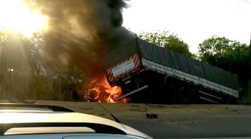 Acidente-duas-carretas-chamas-BR-163-próximo-a-comunidade-Peixoto-de-Azevedo-julho-2020-reprodução-990x556
