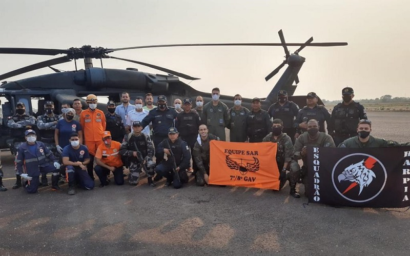 Equipe que realizou o resgate dos policiais e tripulantes que estava no helicóptero que havia desaparecido na região do sudoeste do Pará — Foto: Polícia Militar do Pará
