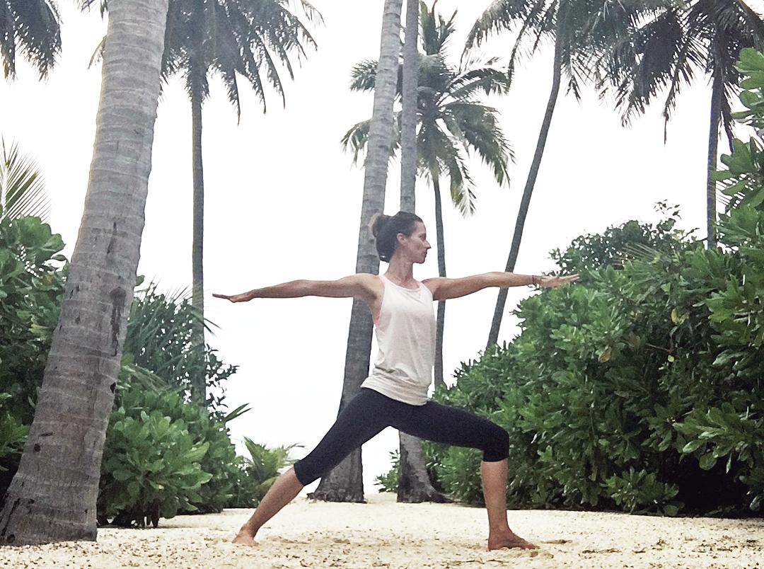yoga am strand sommerurlaub