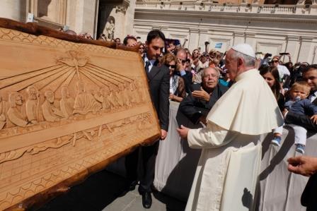 Vincenzo de Maglie indica al Papa Francesco la sua scultura