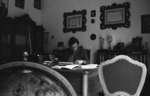 Emilio Panarese nel suo studio - Maglie, 1979 (ph. Roberto Panarese)
