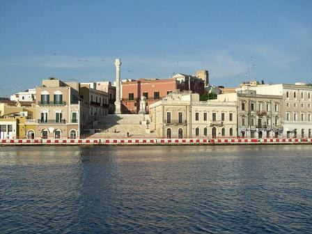 Immagine tratta da http://www.brindisilibera.it/wp-content/uploads/2014/10/porto-di-brindisi2.jpg