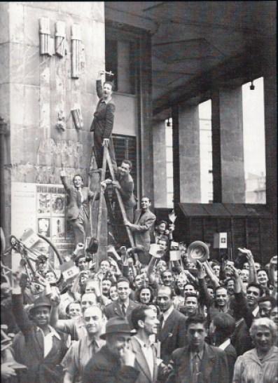 Fig. 3. Milano, 26 luglio 1943, distruzione dei fasci littori, immagine tratta da http://anpi-lissone.over-blog.com/article-25-luglio-1943-53789826.html