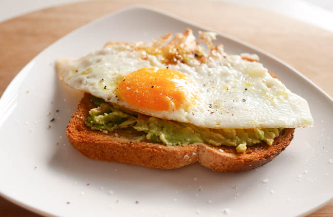 toast-met-avocado-en-ei-2
