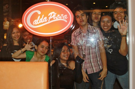 Davao Bloggers pose with Calda Pizza Logo