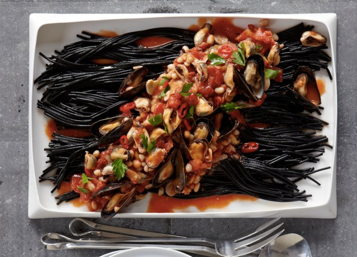 Black Pasta With Mussels Recipe | Food Republic