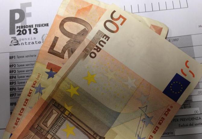 Un modello unico e delle banconote da 50 euro, in una immagine di archivio. ANSA/FRANCO SILVI