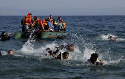Migranti in mare (ANSA/AP Photo/Petros Giannakouris)