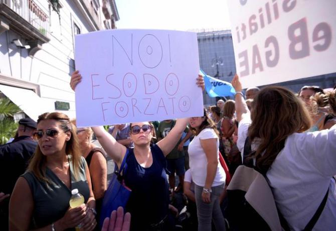 Insegnanti davanti alla prefettura durante la protesta contro la Buona Scuola. Napoli, 4 agosto 2016. ANSA/ STRINGER